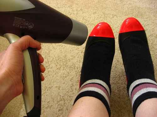 Разнашиваем обувь феном