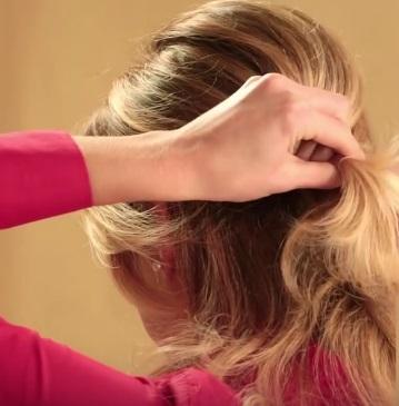 Коктейльная причёска на средние волосы - Шаг 2
