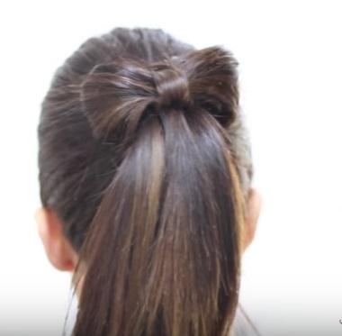 Хвостик с бантиком на средние волосы