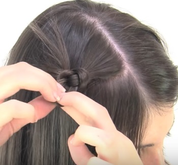 Причёска с узелками для коротких волос - Шаг 1