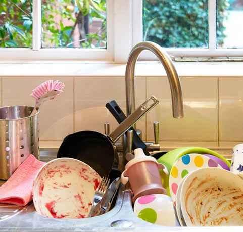 Вымыть посуду и избавится от неприятного запаха