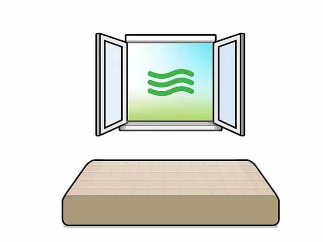 Дайте матрасу постоять на свежем воздухе или откройте окно.
