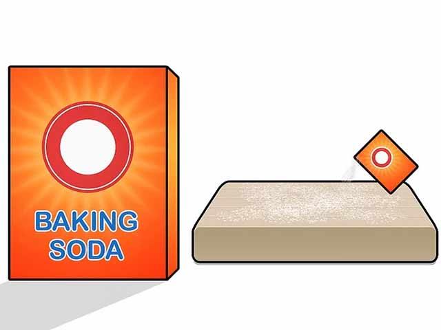 Посыпьте ваш матрас обычной пищевой содой.