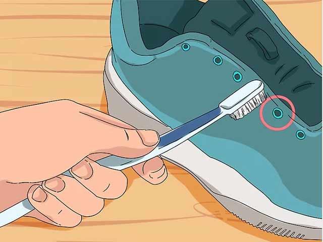 Очистите люверсы зубной щеткой и небольшим количеством стирального порошка.