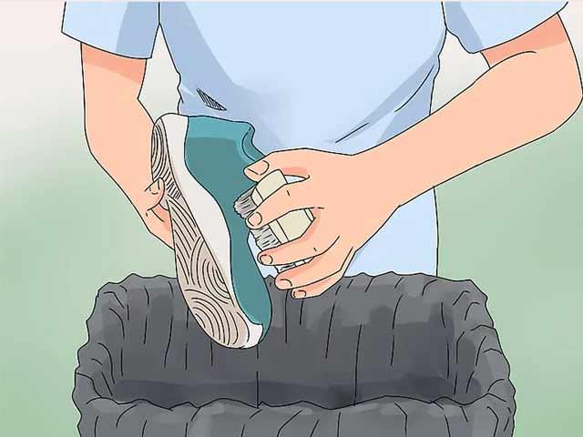 Cчистите сухую грязь маленькой щеткой.