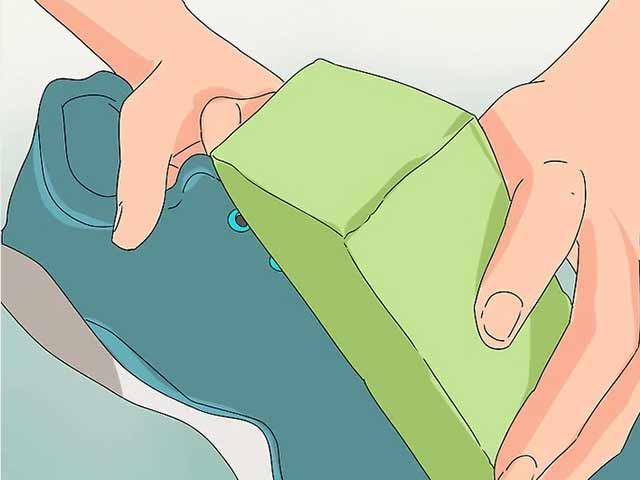Протрите кроссовки чистой влажной губкой.