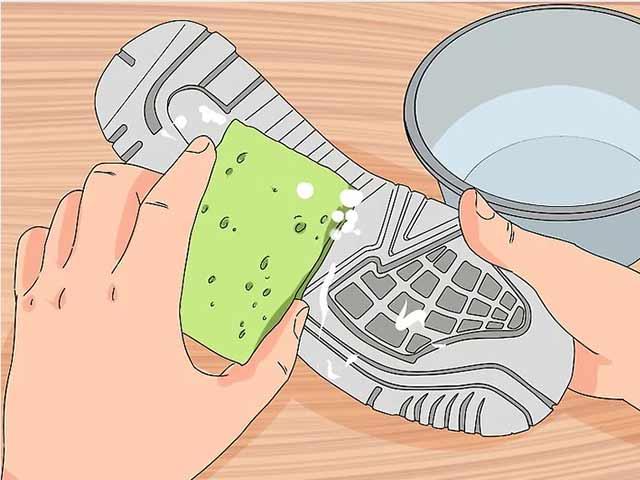 Смочите губку холодной водой и вытрите остатки пищевой соды.