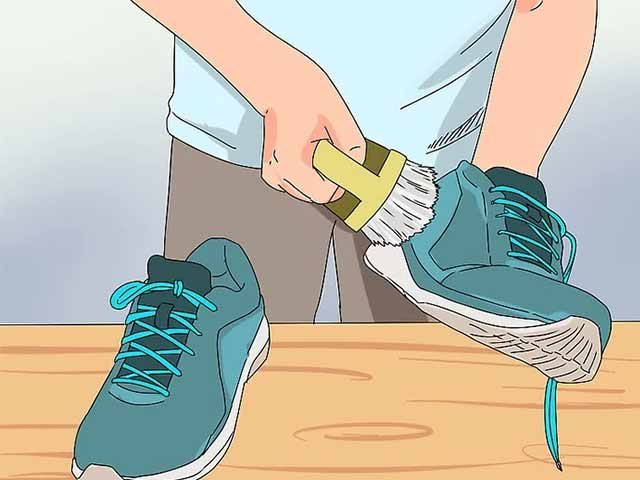 Используйте чистящую щетку, чтобы стереть с кросcовок любые видимые скопления грязи.