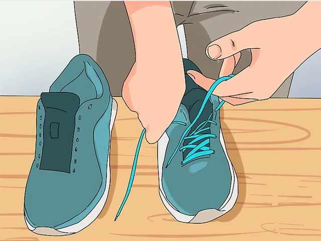 Снимите с кроссовок шнурки и обработайте грязные участки стиральным порошком.