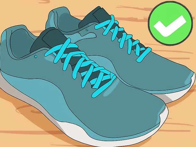 Вставьте шнурки и положите стельки в кроссовки, когда все полностью высохнет.