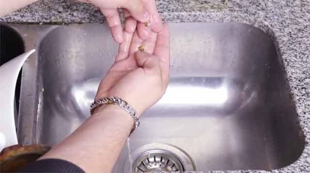 Как в домашних условиях почистить золото - Промыть золото теплой водой.
