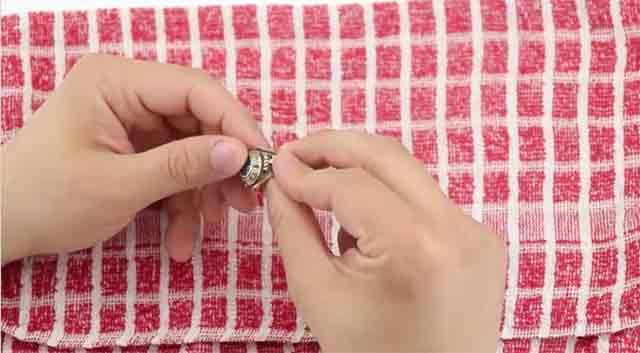 Как в домашних условиях почистить золото - Осмотрите ювелирное изделия и проверьте крепление драгоценных камней.