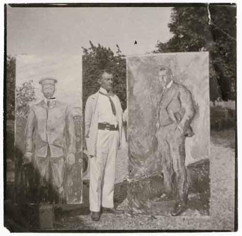 Фотография Мунка снаружи с двумя картинами, 1909. Музей Мунка.