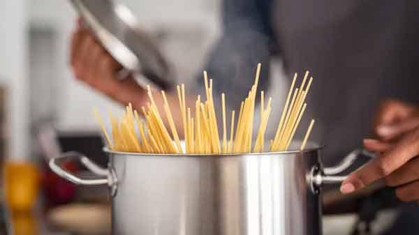 11 кулинарных хаков от лучших шеф-поваров, чтобы поднять ваши блюда из пасты на новую высоту