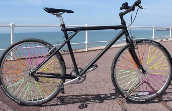 Серия разноцветных велосипедных колес.