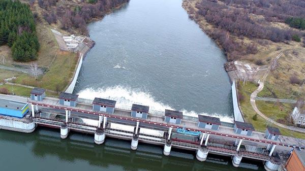 Вид с высоты птичьего полета на водохранилище и плотину
