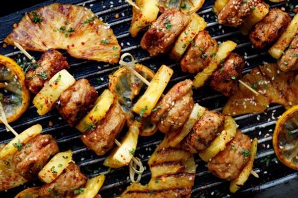 Ананасовые мясные кебабы