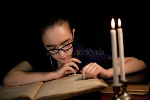 Чтение в тусклом свете испортит ваше зрение.