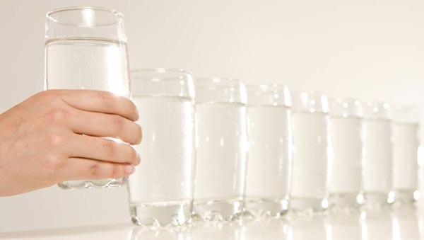 Нужно выпивать не менее восьми стаканов воды в день.