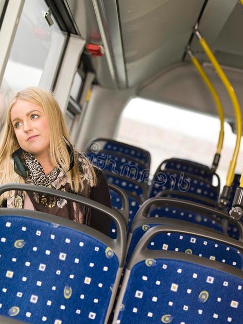 Женщина в пустом автобусе