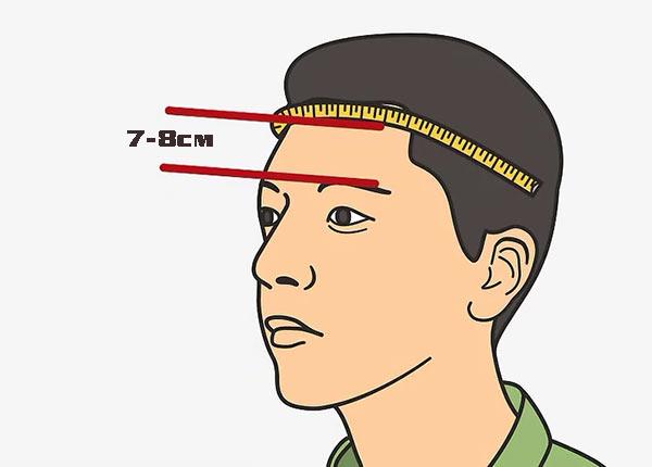 Расположите сантиметр над бровями на расстоянии примерно 7-8 см.