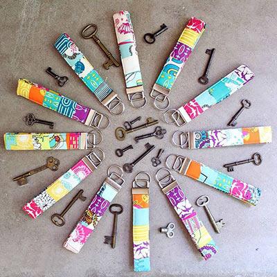 Цветные брелки для ключей своими руками