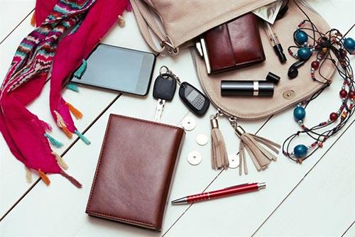 Что у девушки в сумочке?