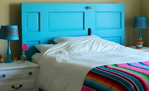 Дверь в качестве изголовья кровати для декора спальни