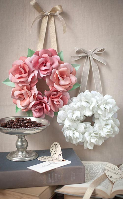 Мини-венок из бумажных роз для декора спальни
