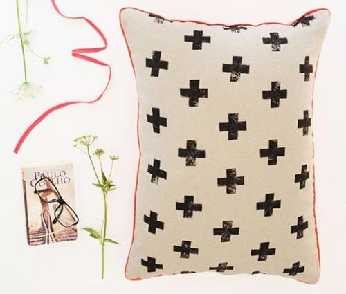 Подушка со стильными крестиками для декора спальни