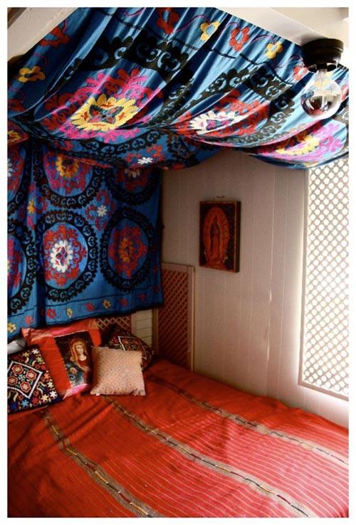 Гобеленовое изголовье у кровати для декора спальни