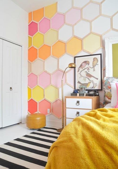 Стена в виде пчелиных сот для декора спальни