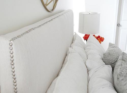 Изголовье кровати с отделкой шляпками гвоздей для декора спальни