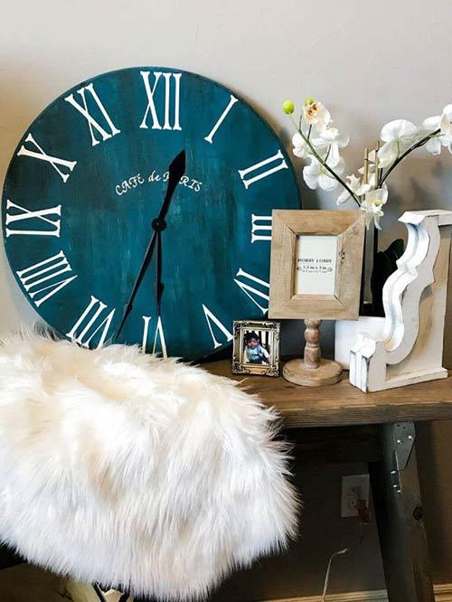 Часы с римскими цифрами для декора спальни
