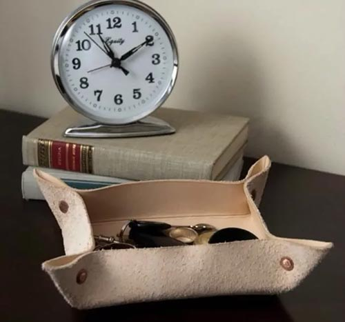 Коробочка-ключница из старых кожаных вещей