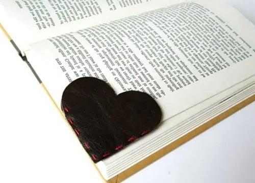 Кожаная закладка в форме сердца из старых кожаных вещей