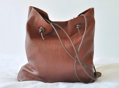 Небольшая сумка из старых кожаных вещей