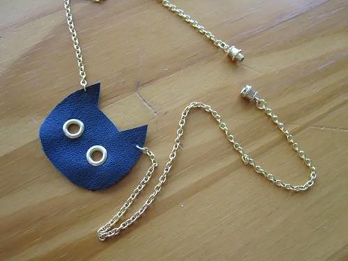 Ожерелье-кошечка из старых кожаных вещей