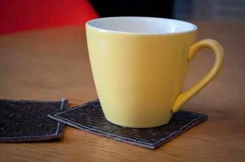Подставки для чашек из старых кожаных вещей