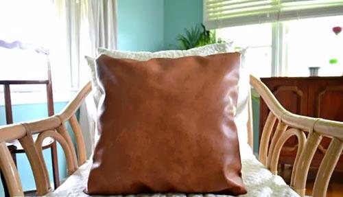 Подушка из старых кожаных вещей