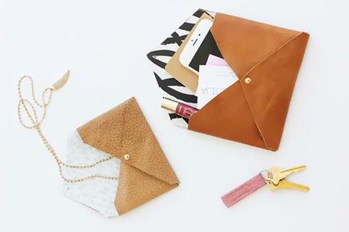 Клатч-конверт из старых кожаных вещей