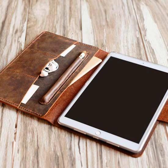 Кожаный чехол для смартфона - подарок парню