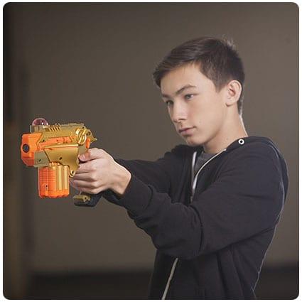 Подарок 10-му мальчику - лазерные пистолеты